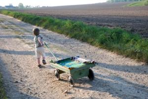 Kind spielt unbeaufsichtigt mit Bollerwagen