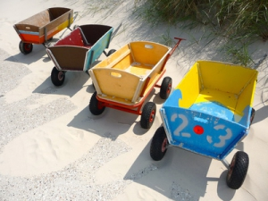 Bunte Bollerwagen am Strand